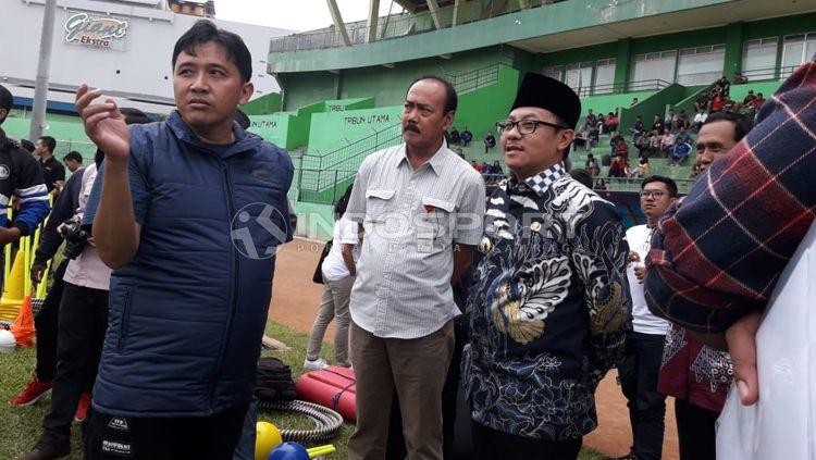 Diskusi kecil antara manajemen Arema FC bersama Sutiaji, Wali Kota Malang saat menghadiri latihan tim di Stadion Gajayana. Copyright: © Ian Setiawan/INDOSPORT