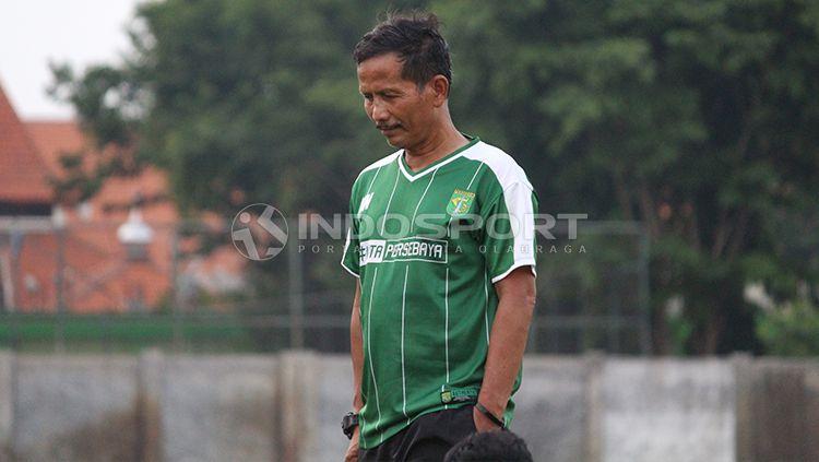 Djadjang Nurdjaman memimpin latihan perdana Persebaya Surabaya di Lapangan Jenggolo, Sidoarjo. Kamis (10/1/19). Copyright: © Fitra Herdian/INDOSPORT