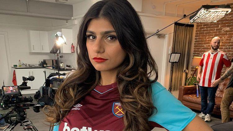 Mia Khalifa yang merupakan fans West Ham United, melakukan sejumlah gerakan workout sederhana untuk membentuk bokong seksi dan perut sixpack. Copyright: © Instagram @miakhalifa