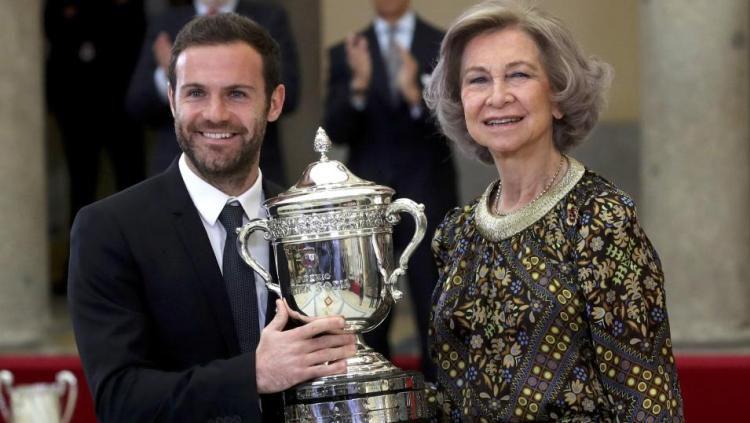Pemain Manchester United, Juan Mata saat menerima penghargaan dari Ratu Sofia Copyright: © The Sun