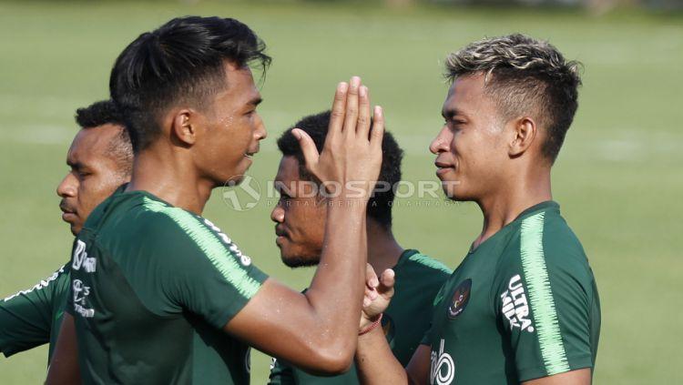 Osvaldo Haay (kanan) dan Bagas Adi terlihat akrab usai melakukan latihan. Copyright: © Herry Ibrahim/INDOSPORT