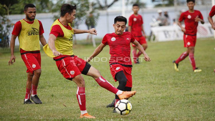 Fitra Ridwan (tengah) berebut bola dengan Rezaldi Hehanusa (kiri). Copyright: © Herri Ibrahim/Indosport.com