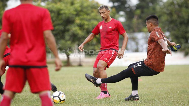 Aksi pemain baru Persija, Bruno Matos (tengah) dalam latihan. Copyright: © Herri Ibrahim/Indosport.com