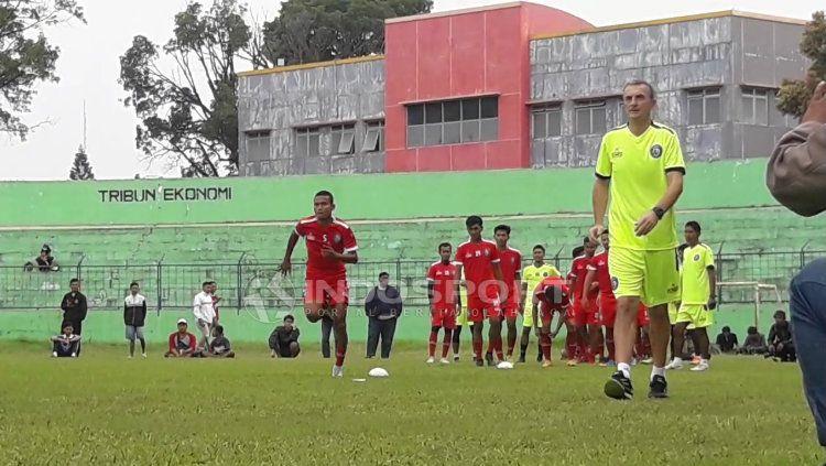 Milo saat memimpin latihan tim Copyright: © Ian Setiawan/INDOSPORT