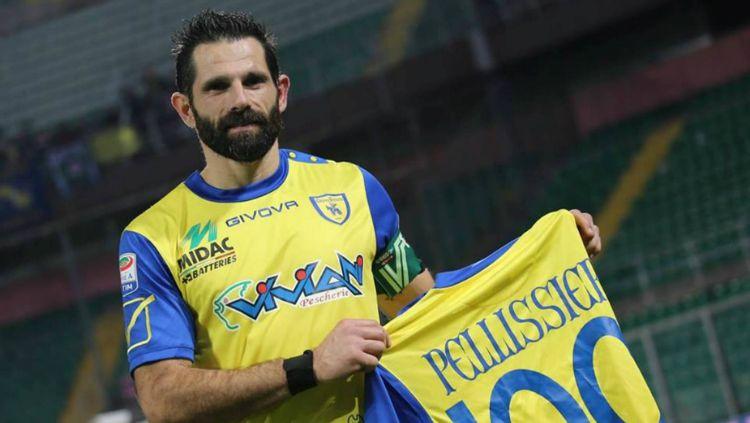 Sergio Pellissier memamerkan gol ke-100 nya bersama Verona Copyright: © Aostasera
