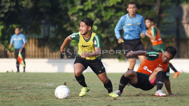 Gelandang Gian Zola turut komentari laga Persib Bandung yang kemungkinan tanpa Bobotoh atau Viking jelang Liga 1 2020 bergulir. Copyright: © Herry Ibrahim/INDOSPORT