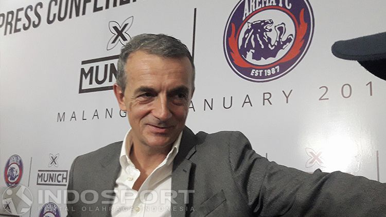 Milomir Seslija, pelatih kepala Arema FC. Copyright: © INDOSPORT/Ian Setiawan