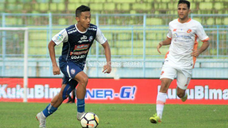 Salah satu aksi Dendi Santoso bersama Arema FC. Copyright: © Ian Setiawan/Indosport.com