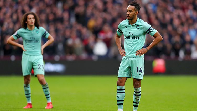 Pierre-Emerick Aubameyang dan Matteo Guendouzi tertunduk lesu setelah gawang dibobol Dechan Rice pada laga Liga Primer Inggris di London Stadium Copyright: © Getty Images
