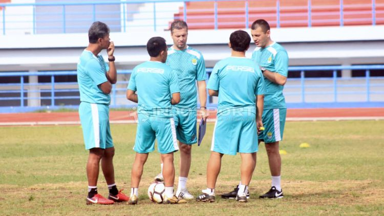 Staff dan Pelatih Persib Bandung, Miljan Radovic (tengah). Copyright: © Arif Rahman/Indosport.com