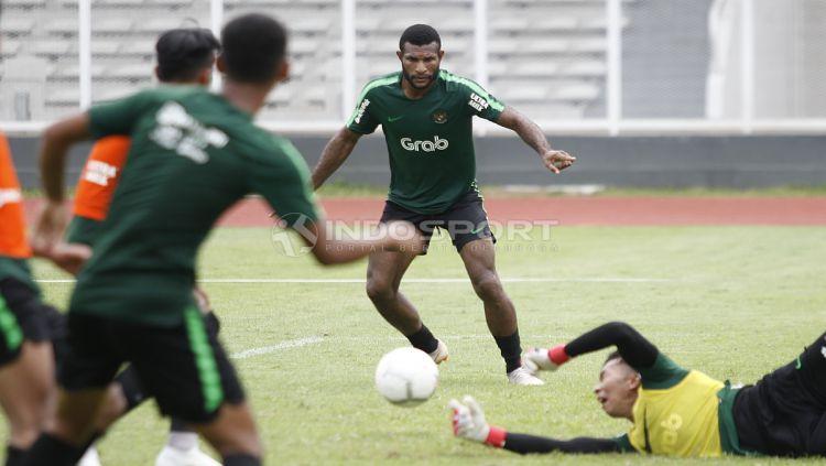 Aksi Marinus Wanewar (tengah) saat mencoba mencetak gol ke gawang yang dijaga kiper Awan Setho. Copyright: © Herry Ibrahim/Indosport.com