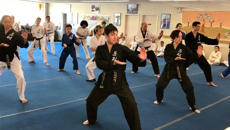 Ilustrasi kursus bela diri. Copyright: © master-sh-yu.com