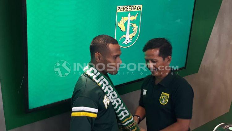 Ruben Sandi dikalungi syal Persabaya oleh Djadjang Nurdjaman, sekaligus menandai dia sebagai kapten baru. Copyright: © Fitra Herdian/INDOSPORT