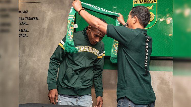 Bek Persebaya Ruben Sanadi (kiri) dikalungi syal oleh pelatih Djajang Nurjaman (kanan), Rabu (16/01/19). Copyright: © Media Persebaya Surabaya