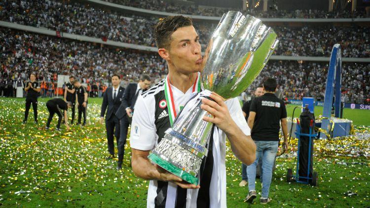 Cristiano Ronaldo, saat merayakan gelar pertamanya untuk Juventus sejak pindah musim panas lalu. Copyright: © INDOSPORT