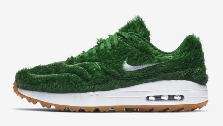 Seri Golf Air Max 1 dari Nike yang ditutupi rumput sintetis Copyright: © The Sun