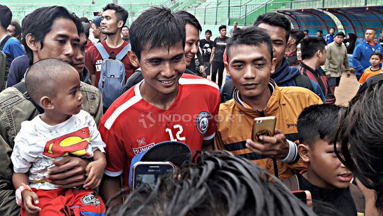 Hendro Siswanto saat dikerubuti Aremania pada latihan pertama tim. Copyright: © Ian Setiawan/Indosport.com