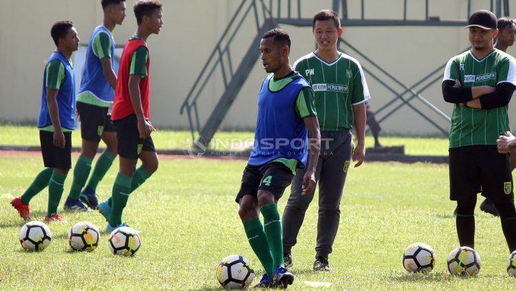 Kapten Persebaya Ruben Sanadi serius mengikuti latihan mini games. Jumat (18/1/19). Copyright: © Fitra Herdian/Indosport.com