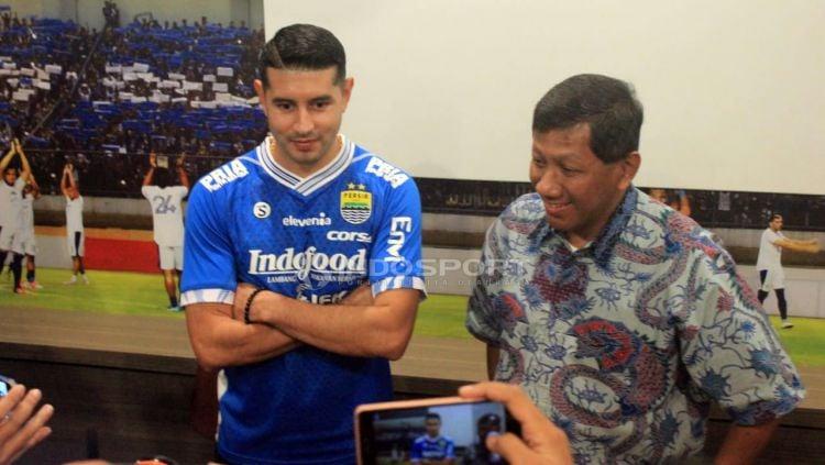 Komisaris PT PBB, Kuswara S Taryono (kanan) bersama pemain anyar Persib Bandung, Esteban Vizcarra. Copyright: © Arif Rahman/Indosport.com