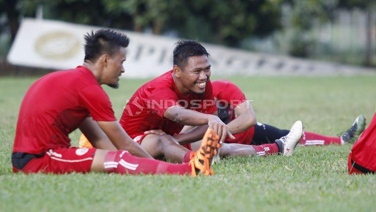 Tony Sucipto (kanan) langsung akrab dengan pemain Persija. Copyright: © Herry Ibrahim/INDOSPORT