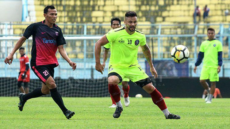 Robert Lima Gladiator mencetak dua gol pada debutnya di Arema Copyright: © Ian Setiawan/INDOSPORT