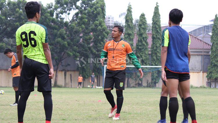 Asisten pelatih Persebaya Surabaya Bejo Sugiantoro memimpin latihan di Lapangan Polda Jatim. Sabtu (19/01/19). Copyright: © Fitra Herdian/Indosport.com