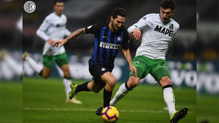 Perebutan bola di lini tengah pada laga Inter Milan vs Sassuolo dalam ajang Liga Italia, Minggu (20/01/19). Copyright: © Twitter/@Inter_en