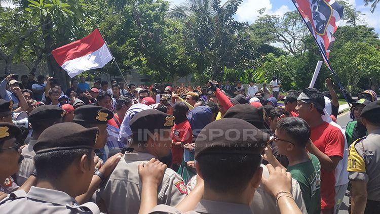 Demo gabungan suporter sepak bola Indonesia dukung satgas anti mafia bola. Minggu (20/1/19). Copyright: © Fitra Herdian/Indosport