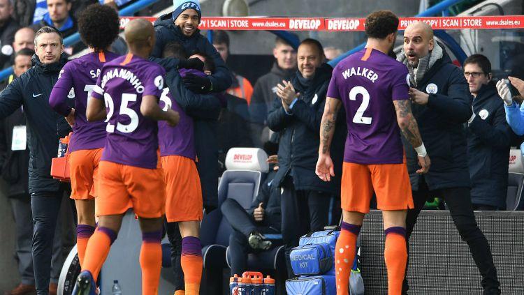Para pemain Manchester City, termasuk Kyle Walker sedang mendengarkan arahan dari Pep Guardiola, Minggu (20/01/19). Copyright: © INDOSPORT