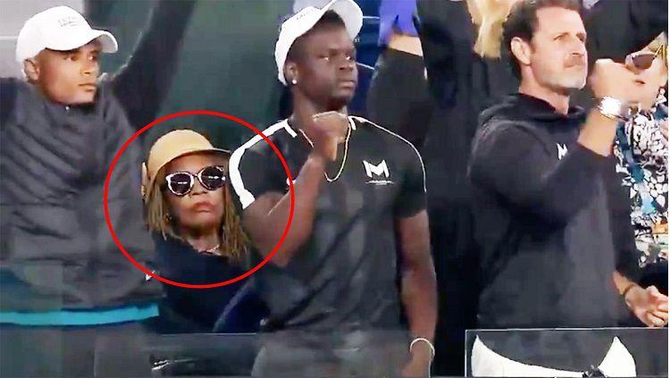 Reaksi datar ibunda Serena Williams saat putrinya menang melawan Simona Halep. Copyright: © WWOS