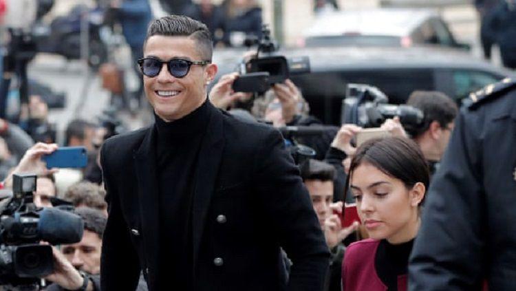 Cristiano Ronaldo dan Georgina Rodriguez saat berada di pengadilan Madrid. Copyright: © Getty Images