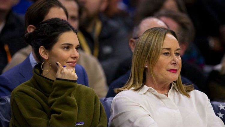 Kendall Jenner bersama ibunda Ben Simmons, Julie. Copyright: © Getty Images