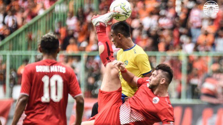 Marco Simic melakukan tendangan salto di atas kepala pemain Kepri FC Copyright: © Persija Jakarta