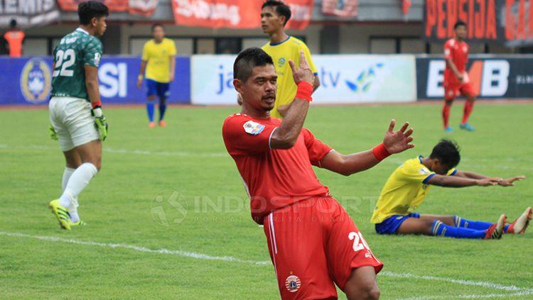 Selebrasi khas pemain senior Persija, Bambang Pamungkas setelah mencetak 1 gol untuk Persija Copyright: © Muhammad Nabil/INDOSPORT