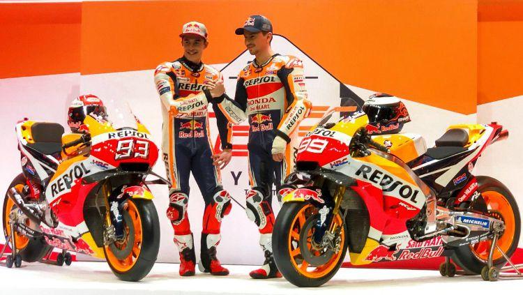 Jorge Lorenzo dan Marc Marquez kala merilis motor baru Honda. Copyright: © Twitter/Repsol Honda