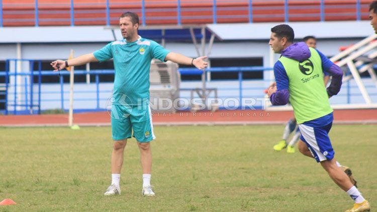 Radovic kembali pimpin latihan Persib Bandung. Copyright: © Arif Rahman/INDOSPORT
