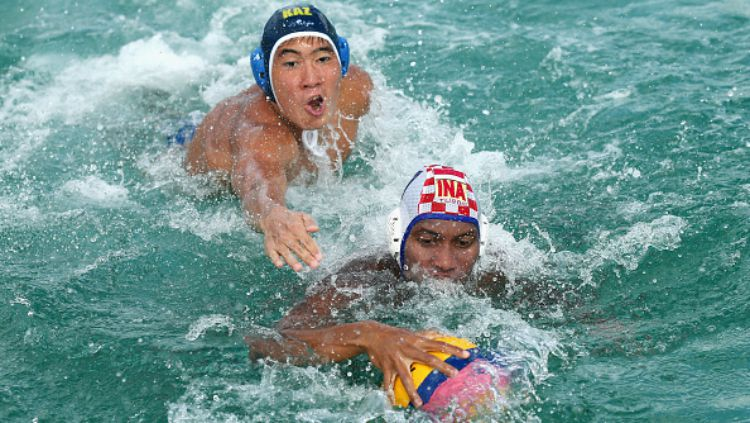 Rezza Auditya Putra (depan) dikejar pemain polo air Kazakhstan di SEA Games 2015. Copyright: © INDOSPORT