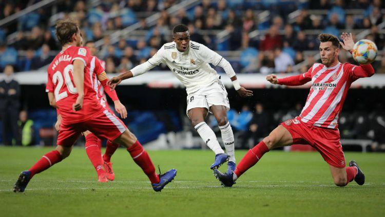 Penyerang muda Real Madrid, Vinicius Junior saat mencoba melepaskan tembakan ke gawang Girona, Jumat (25/01/19). Copyright: © Getty Images