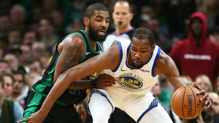 Kyrie Irving dan Kevin Durant dalam laga NBA Golden State Warrios vs Boston Celtics. Copyright: © Getty Images