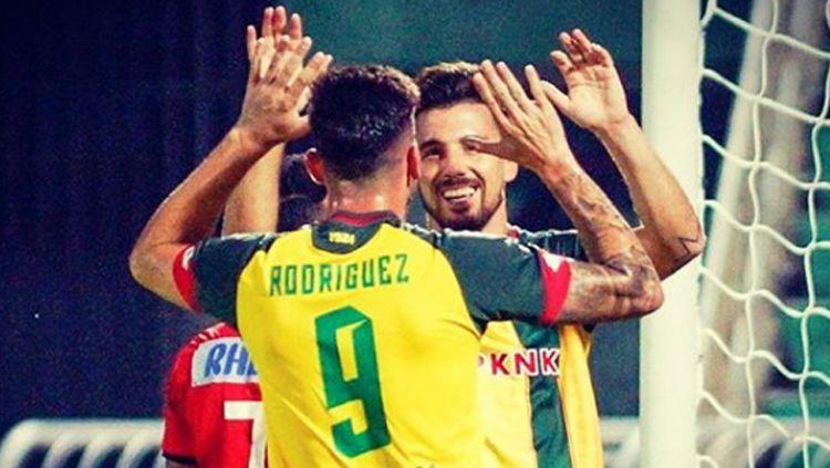 Mantan pemain Persib Bandung yang kini membela Kedah FA, Jonathan Bauman, merayakan gol bersama rekan setimnya, Fernando Rodriguez. Copyright: © Fernando Rodriguez