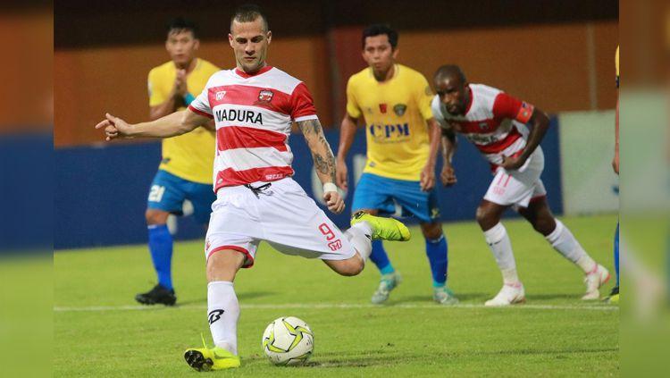 Gol debutan dua rektrutan anyar Laskar Sape Kerrab Copyright: © Twitter/@MaduraUnitedFC