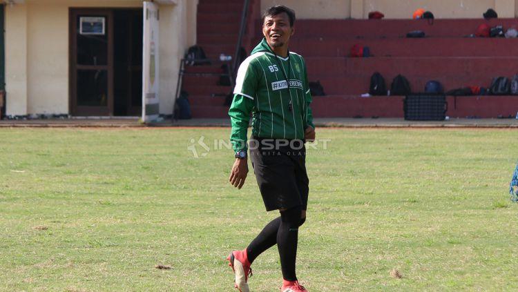 Bejo Sugiantoro mendampingi Persebaya Surabaya berlatih di Lapangan Polda Jatim. Rabu (30/1/19). Copyright: © Fitra Herdian/Indosport.com