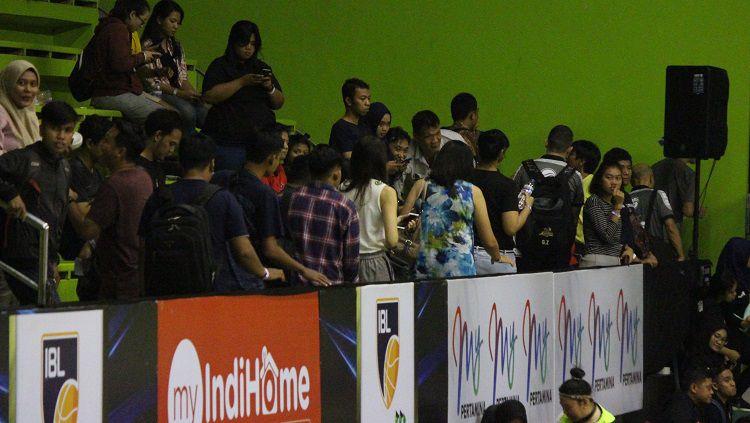 Penonton laga Pelita Jaya Jakarta vs Perawira Bandung kecewa karena pertandingan ditunda. Copyright: © Fitra Herdian/INDOSPORT