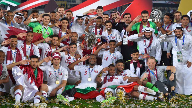 Tim Qtara melakukan hormat dalam sesi foto sebagai juara Piala Asia melawan Jepang di Stadion Zayed Sports City pada (01/02/19) di Abu Dhabi, Uni Emirat Arab. Copyright: © GettyImages
