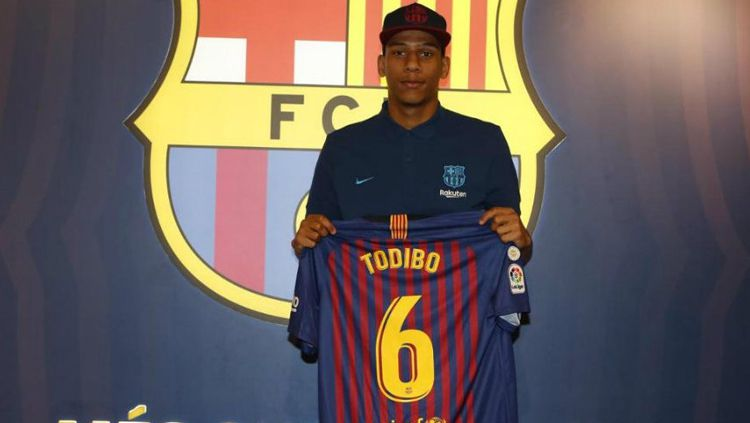 Jean-Clair Todibo saat diperkenalkan Barcelona. Copyright: © GettyImages