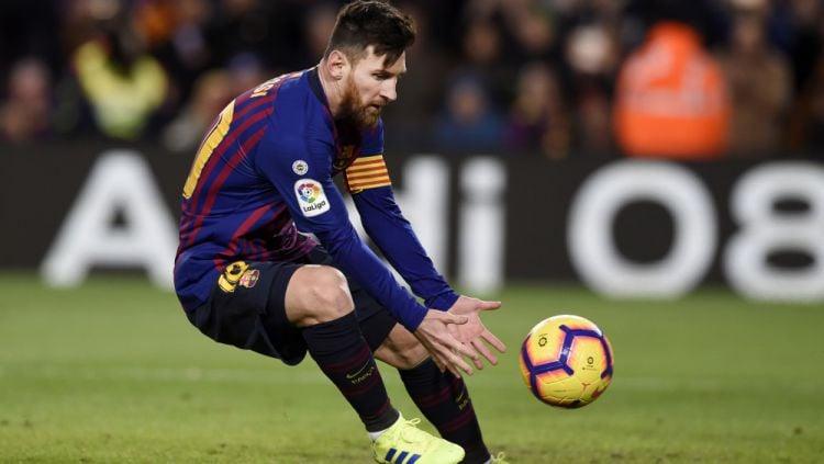Lionel Messi usai mencetak gol ke gawang Valencia Copyright: © Getty Images