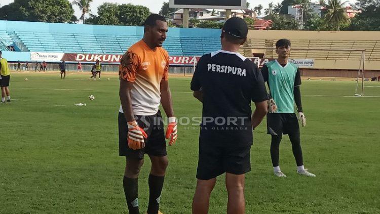 Pelatih Kiper Persipura, Alan Haviludin saat memberikan instruksi kepada Yusak Rejauw. Copyright: © Sudjarwo/Indosport.com