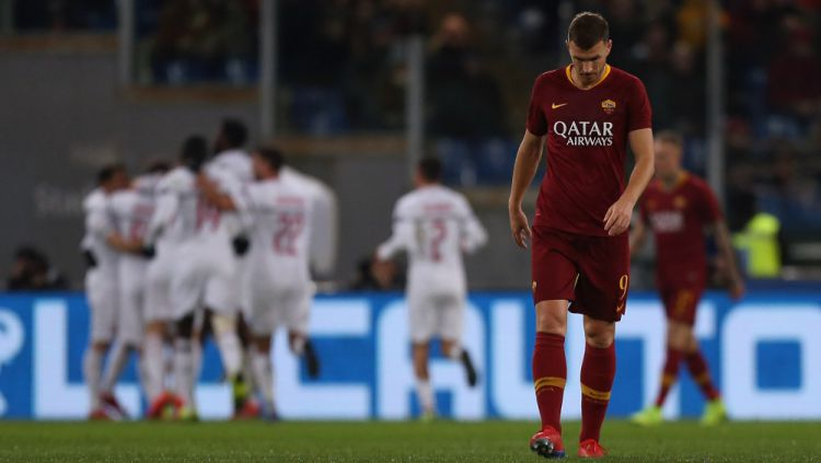 Konflik Edin Dzeko dan Paulo Fonseca di AS Roma belum kunjung berakhir. Copyright: © Getty Images
