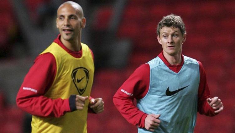 Legenda Manchester United, Rio Ferdinand terlibat perang urat syaraf dengan pelatih Setan Merah Ole Gunnar Solskjaer. Copyright: © The Sun