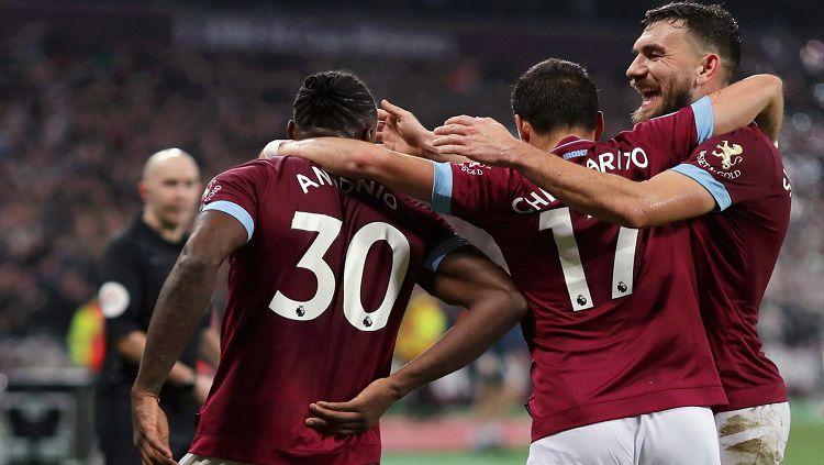 Pemain West Ham merayakan gol ke gawang Liverpool. Copyright: © twitter @WestHamUtd
